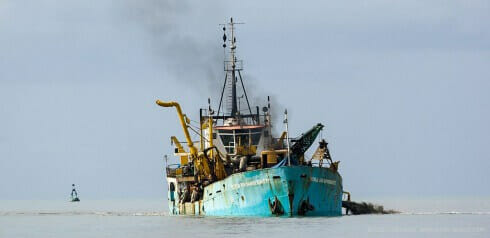 4 dredger in the channel to Caravelas 174 721P0251