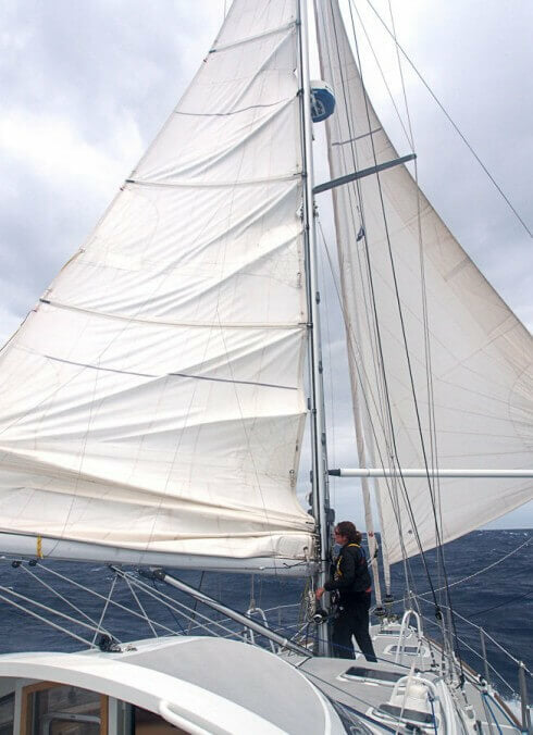 Easy reefing while running off the wind, using a simple system.